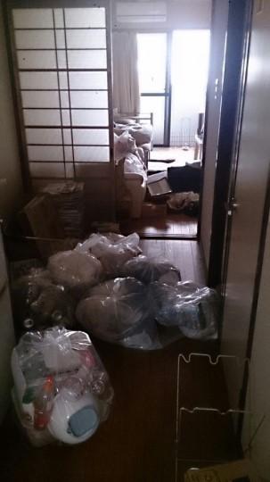 「岡山市での不用品回収事例」回収前の室内に、不用品が散乱している状態の写真
